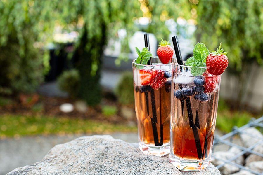 Beeriger Cocktail mit Rosewein