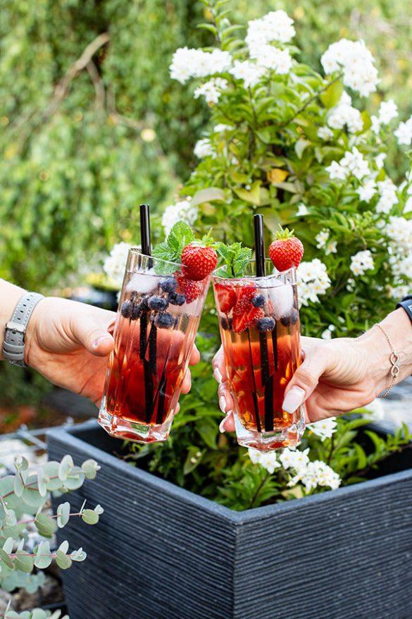 Cocktail mit Rose und Beeren