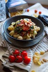 Einfache Nudelsosse mit Erdnuss und Tomate