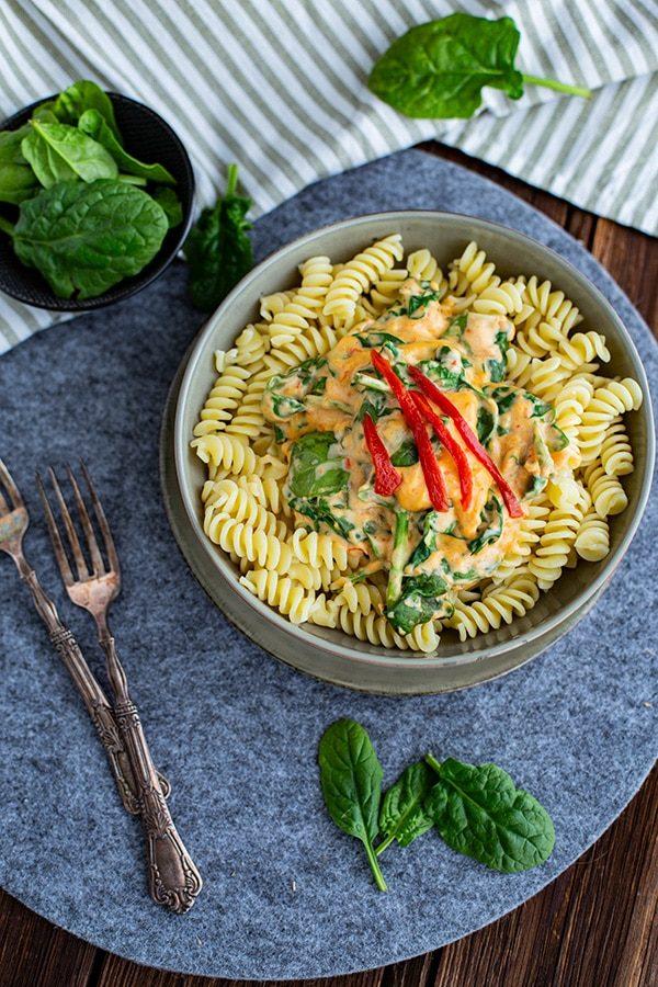 Ajvar Frischkäse Soße Rezept mit Spinat und Pasta